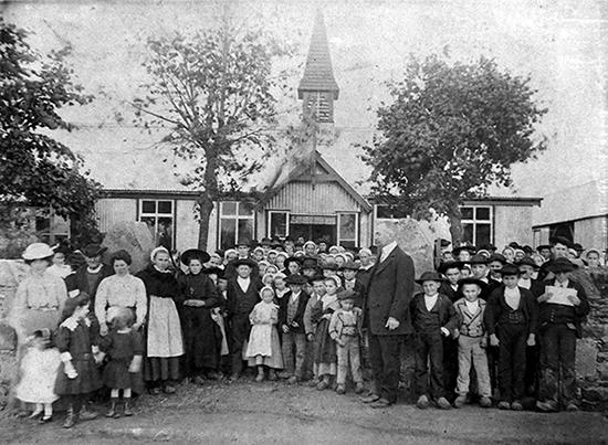 S. Rousseau devant les élèves de l'école du Guilly (fonds Roux, du Diben)